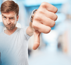 elevador de carros - um homem branco fazendo sinal negativo