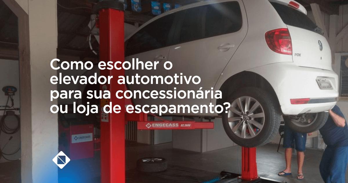 Elevador automotivo - na imagem há um elevador automotivo de duas colunas na cor vermelhas. Um carro, modelo Fox, na cor branca está suspenso no elevador.